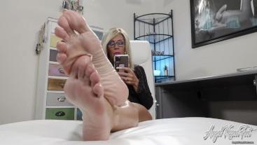 Ignored While you Worship My Feet - Nikki Ashton